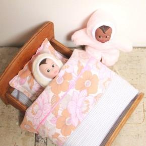 Un lit de poupée vintage