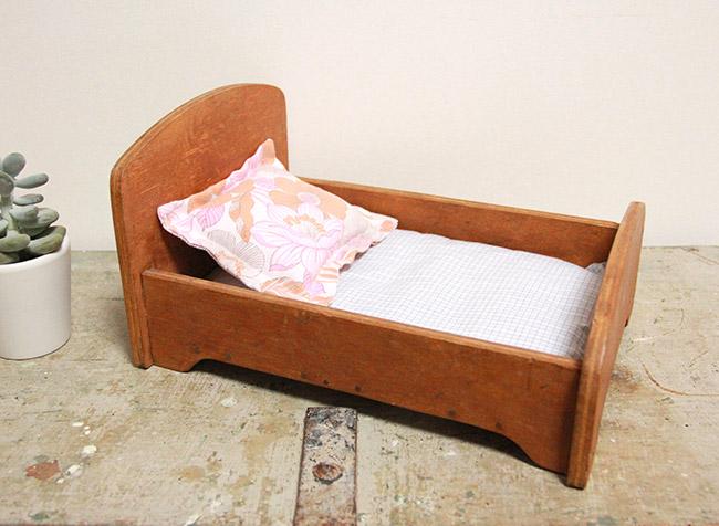 un lit de poup e vintage poligom. Black Bedroom Furniture Sets. Home Design Ideas